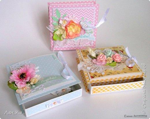 Вот такие коробочки 13*13 для денежного подарка сотворились. На каждой коробочке есть место для размещения поздравления. Нежные, с цветами и вырубными элементами фото 2