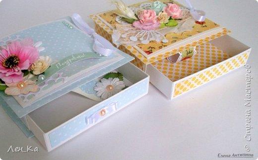 Вот такие коробочки 13*13 для денежного подарка сотворились. На каждой коробочке есть место для размещения поздравления. Нежные, с цветами и вырубными элементами фото 3