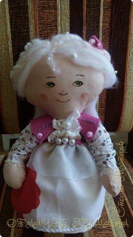 А вы знаете, как появилась первая кофейная игрушка? Однажды дочка одной из работниц кофейной фабрики пришла с мамой на работу и играла с куклой на чердаке, где и забыла свое сокровище. Спустя какое-то время куклу нашли. Она была коричневая и очень приятно пахла. С тех пор началось производство кофейных игрушек. И так, нам понадобится: - Ткань х/б - Краски по ткани, контуры. - Ткань на платье - Фетр - Кружево,ленты -Швейная машинка - Шерсть для валяния - Растворимый кофе - Разные бусинки -Тени