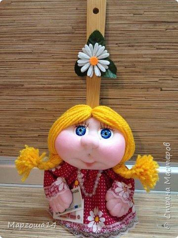Привет всем!!! Это домовой Васенька))) Глазки сделаны из пуговиц. Васенька не каркасная куколка. Он может стоять(правда,опираясь),сидеть и даже висеть ( в волосах петелька) фото 8