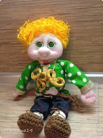Привет всем!!! Это домовой Васенька))) Глазки сделаны из пуговиц. Васенька не каркасная куколка. Он может стоять(правда,опираясь),сидеть и даже висеть ( в волосах петелька) фото 2