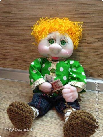 Привет всем!!! Это домовой Васенька))) Глазки сделаны из пуговиц. Васенька не каркасная куколка. Он может стоять(правда,опираясь),сидеть и даже висеть ( в волосах петелька) фото 5