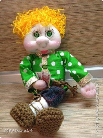 Привет всем!!! Это домовой Васенька))) Глазки сделаны из пуговиц. Васенька не каркасная куколка. Он может стоять(правда,опираясь),сидеть и даже висеть ( в волосах петелька) фото 3