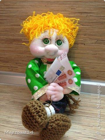 Привет всем!!! Это домовой Васенька))) Глазки сделаны из пуговиц. Васенька не каркасная куколка. Он может стоять(правда,опираясь),сидеть и даже висеть ( в волосах петелька) фото 6