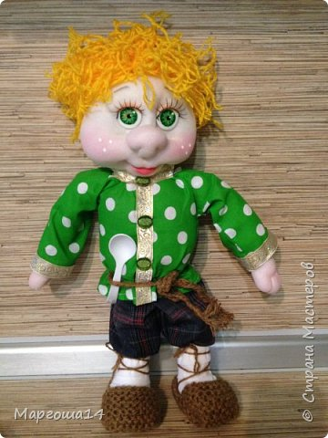 Привет всем!!! Это домовой Васенька))) Глазки сделаны из пуговиц. Васенька не каркасная куколка. Он может стоять(правда,опираясь),сидеть и даже висеть ( в волосах петелька) фото 4