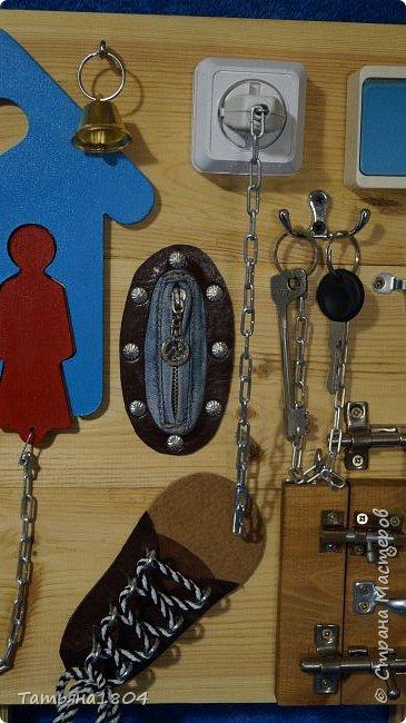 Бизиборд, бизборд (busyboard доска для занятий) — это специальная развивающая доска для детей, на которой располагаются различные дверцы, цепочки, кнопочки, замочки. С помощью доски ребенок, в первую очередь, учится нажимать, открывать, крутить различные предметы. Размер 50х50 см. фото 4