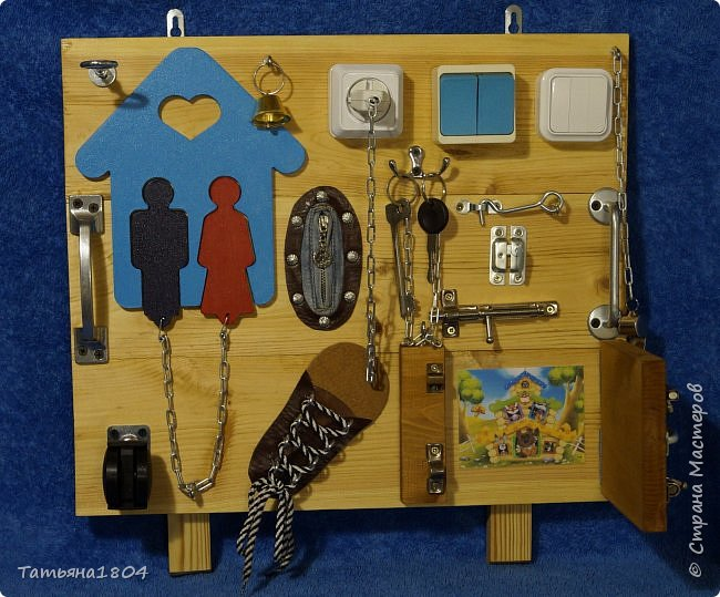 Бизиборд, бизборд (busyboard доска для занятий) — это специальная развивающая доска для детей, на которой располагаются различные дверцы, цепочки, кнопочки, замочки. С помощью доски ребенок, в первую очередь, учится нажимать, открывать, крутить различные предметы. Размер 50х50 см. фото 2