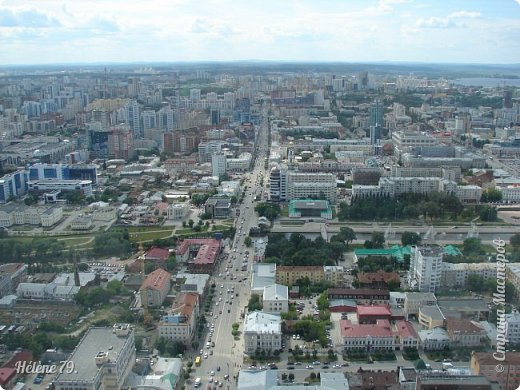 Здравствуйте, дорогие жители нашей прекрасной СМ! Приглашаю ВАС полюбоваться на город Екатеринбург с высоты птичьего полёта.  Открытая смотровая площадка расположена на небоскрёбе  «Высоцкий» на 52 этаже- на высоте 186 метров.  фото 1