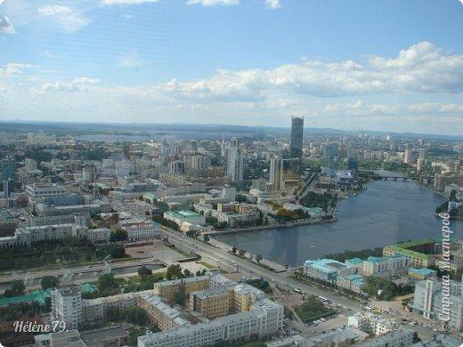 Здравствуйте, дорогие жители нашей прекрасной СМ! Приглашаю ВАС полюбоваться на город Екатеринбург с высоты птичьего полёта.  Открытая смотровая площадка расположена на небоскрёбе  «Высоцкий» на 52 этаже- на высоте 186 метров.  фото 2