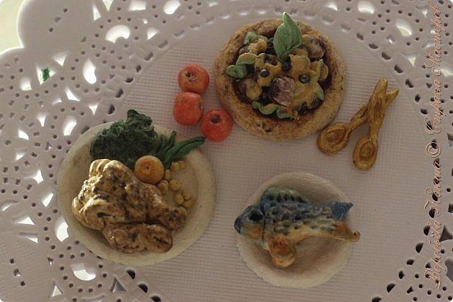 Доброго времени суток. В моём новом блоге я хочу вам показать миниатюрную еду и посуду для кукол из паперклея. Которую я делала в конце учебного года. Некоторую еду делала моя мама. Посуды немного. Две чайные ложечки, две тарелочки и кружка. фото 1