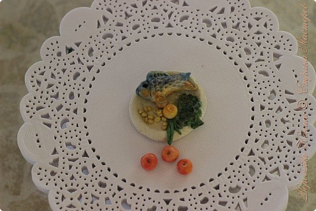 Доброго времени суток. В моём новом блоге я хочу вам показать миниатюрную еду и посуду для кукол из паперклея. Которую я делала в конце учебного года. Некоторую еду делала моя мама. Посуды немного. Две чайные ложечки, две тарелочки и кружка. фото 3