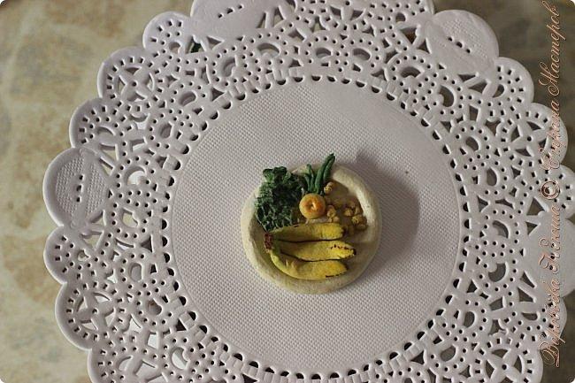 Доброго времени суток. В моём новом блоге я хочу вам показать миниатюрную еду и посуду для кукол из паперклея. Которую я делала в конце учебного года. Некоторую еду делала моя мама. Посуды немного. Две чайные ложечки, две тарелочки и кружка. фото 4