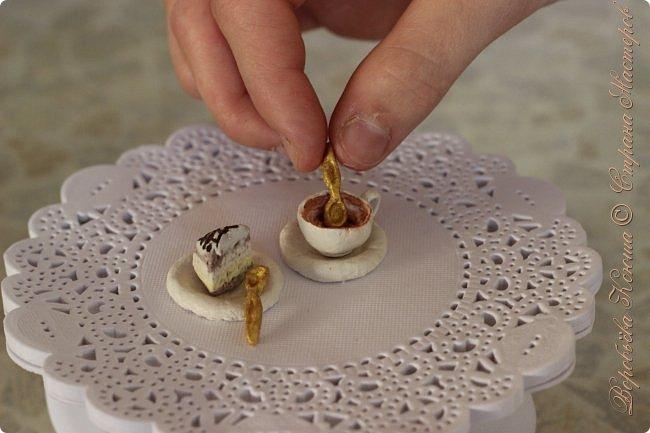 Доброго времени суток. В моём новом блоге я хочу вам показать миниатюрную еду и посуду для кукол из паперклея. Которую я делала в конце учебного года. Некоторую еду делала моя мама. Посуды немного. Две чайные ложечки, две тарелочки и кружка. фото 14