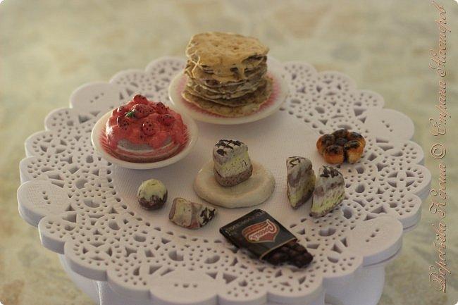 Доброго времени суток. В моём новом блоге я хочу вам показать миниатюрную еду и посуду для кукол из паперклея. Которую я делала в конце учебного года. Некоторую еду делала моя мама. Посуды немного. Две чайные ложечки, две тарелочки и кружка. фото 13