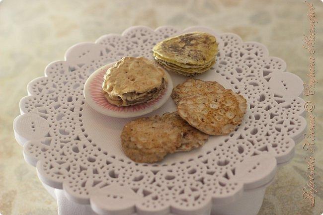 Доброго времени суток. В моём новом блоге я хочу вам показать миниатюрную еду и посуду для кукол из паперклея. Которую я делала в конце учебного года. Некоторую еду делала моя мама. Посуды немного. Две чайные ложечки, две тарелочки и кружка. фото 7