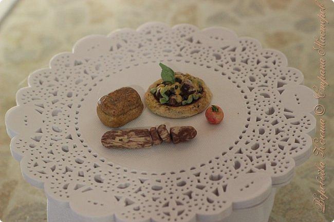 Доброго времени суток. В моём новом блоге я хочу вам показать миниатюрную еду и посуду для кукол из паперклея. Которую я делала в конце учебного года. Некоторую еду делала моя мама. Посуды немного. Две чайные ложечки, две тарелочки и кружка. фото 5