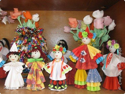 Выставка наших поделок в школе. Бумажные куклы, замок из конфетных  модулей, корзинка с цветами, домовята - работы мои и моих воспитанников. фото 3