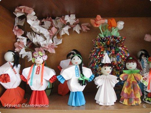 Выставка наших поделок в школе. Бумажные куклы, замок из конфетных  модулей, корзинка с цветами, домовята - работы мои и моих воспитанников. фото 4