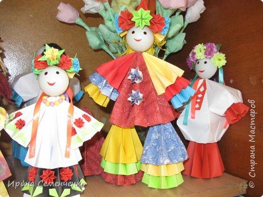 Выставка наших поделок в школе. Бумажные куклы, замок из конфетных  модулей, корзинка с цветами, домовята - работы мои и моих воспитанников. фото 5