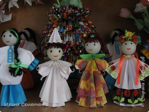 Выставка наших поделок в школе. Бумажные куклы, замок из конфетных  модулей, корзинка с цветами, домовята - работы мои и моих воспитанников. фото 6