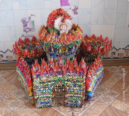 """Этот замок сделан по книге """"Забавные фигурки .Модульное оригами."""" Т.Просняковой.Вместо бумаги модули сложены из конфетных обёрток. Ярко и красиво получилось!. фото 1"""