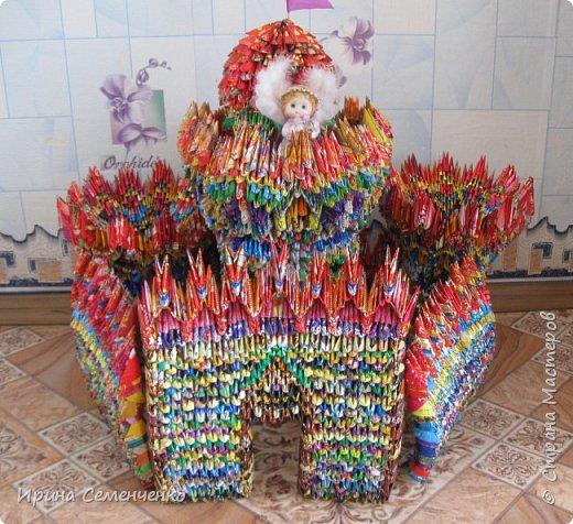 """Этот замок сделан по книге """"Забавные фигурки .Модульное оригами."""" Т.Просняковой.Вместо бумаги модули сложены из конфетных обёрток. Ярко и красиво получилось!. фото 6"""
