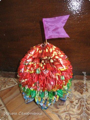 """Этот замок сделан по книге """"Забавные фигурки .Модульное оригами."""" Т.Просняковой.Вместо бумаги модули сложены из конфетных обёрток. Ярко и красиво получилось!. фото 5"""