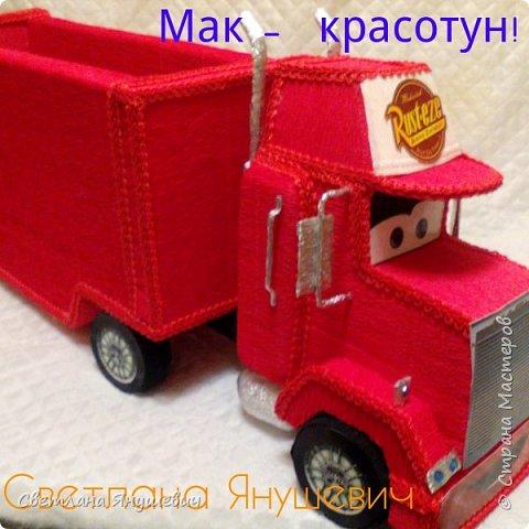 Хочу показать  как я делала грузовичок Мак.  Я не хочу называть это мастер-классом,  просто сфотографировала процесс изготовления его.   Материалы которые понадобятся для создания Мака: 1. Пеноплекс (у меня был 2 см.  толщиной.) 2. Гофробумага красная  3. Гофробумага черная  4.  Гофробумага молочная  5. Гофробумага серебряная 6. Тесьма Шанель красная 7. Картон гофрированый,  или попросту коробка 8. Распечатки глазок,  колес,  решетки радиатора,  кепки Мака 9. Трубочки для коктейлей 2 шт.  10. Яички от киндер сюрпризов 2 шт.  11. Клеевой пистолет,  клей Титан (по желанию).  11. Проволочка флористическая фото 56