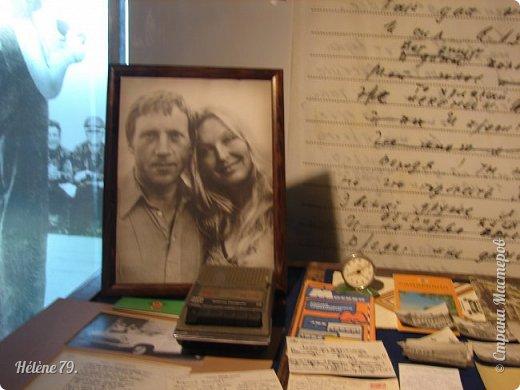 """Здравствуйте, дорогие жители СМ! Сегодня я хотела бы пригласить ВАС посетить музей В.С. Высоцкого, который находится в небоскрёбе """"Высоцкий"""", на смотровой площадке которого мы побывали с ВАМИ ранее (http://stranamasterov.ru/node/1038249).  Первый, наиболее полный рассказ о музее, здесь:  http://stranamasterov.ru/node/919905   Концепция Музея уникальна, вехами показана вся жизнь Владимира Семеновича. В основу экспозиции вошли личные вещи Владимира Высоцкого.   фото 33"""
