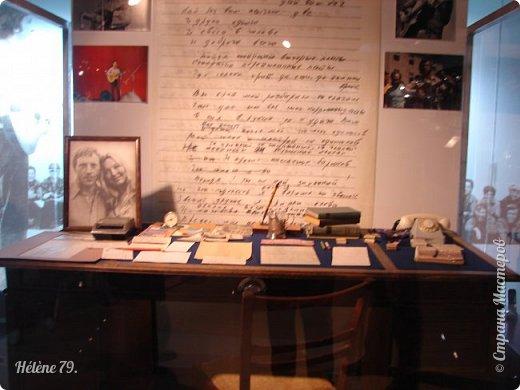 """Здравствуйте, дорогие жители СМ! Сегодня я хотела бы пригласить ВАС посетить музей В.С. Высоцкого, который находится в небоскрёбе """"Высоцкий"""", на смотровой площадке которого мы побывали с ВАМИ ранее (http://stranamasterov.ru/node/1038249).  Первый, наиболее полный рассказ о музее, здесь:  http://stranamasterov.ru/node/919905   Концепция Музея уникальна, вехами показана вся жизнь Владимира Семеновича. В основу экспозиции вошли личные вещи Владимира Высоцкого.   фото 35"""
