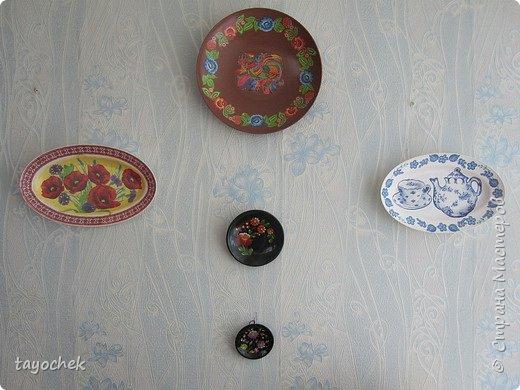 Здравствуйте! Хочу показать тарелочки, которыми мы украсили групповую комнату в садике. Взяли  обычные пластмассовые тарелки, салфеточки- за них огромное спасибо девочкам, которые их присылали по играм, и вот получилось! Декупажем это можно назвать с натяжением -),но оцените просто как панно -) фото 8