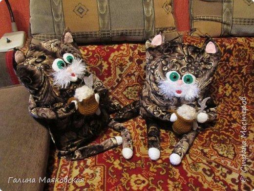 Привет всем! Я долго ничего не показывала, хотя не бездельничала. Занималась всяким шитьем. В результате из одной обычной подушки появились три кота (котоподушки или подушко-коты - кому как нравится). Идею почерпнула в СМ , но воплотила по-своему. Использовала мебельную  ткань и акриловую пряжу.  Пена в кружках  -  из буклированной пряжи.   Это - первые два, один из них уже подарен, второй ждет хозяйку. фото 1