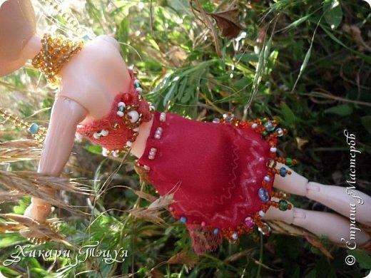"""Всем здравствуйте! По-моему, название не всем ясно?! Ладно, так и быть, переведу... Оно переводится - """"Звезда востока"""")))))))) Все дело в том, что я сделала своей куколке восточный наряд, даже не наряд, а полный комплект. В него входят: юбка """"восточного покроя"""", топ, браслеты на руку и на ногу, бусы в четыре слоя, длинные серьги, бисерная резинка для волос и украшение с пером для волос. фото 6"""