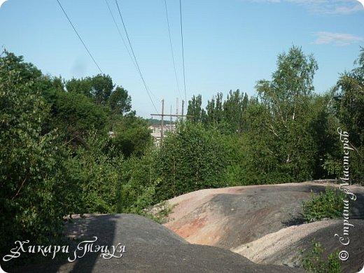 """За сегодня это мой второй блог... Итак, на часах ровно шесть утра... Я проснулась намного раньше, где-то в половине пятого, но до шести рисовала на улице, специально ждала, когда солнце взойдет немного повыше.  Я живу на Донбассе, в городе Макеевке, в Ханжонково, в поселке Фурманово...  Как известно, в Донецкой области очень много шахт, а посему и терриконов. У нас большого террикона нет, зато есть небольшие холмы. Они состоят из тех же камней, что и терриконы, только по размерам намного меньше. Самая большая высота над уровнем земли - не больше 4 метров. Мы зовем это - бугор. Да, так и зовем))) Например: """"Не ходи на бугор"""", """" Пошли на бугор"""" и т.д. На бугре очень много берез. Из них есть моя любимая))) На ней очень удобно лазить... фото 31"""