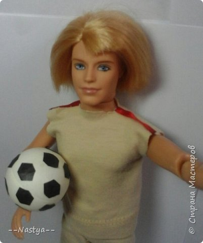 Всем доброго времени суток! Совсем недавно мама мне подарила такого футболиста! Для него я сделала спортивную форму и мяч. фото 4