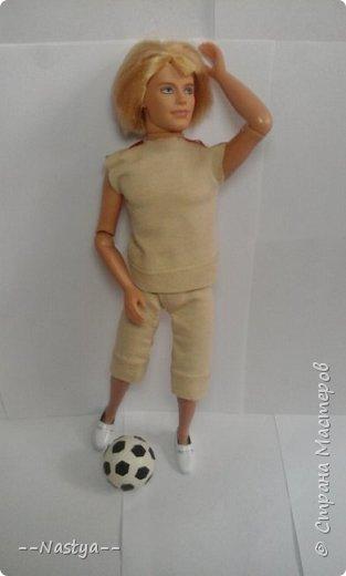 Всем доброго времени суток! Совсем недавно мама мне подарила такого футболиста! Для него я сделала спортивную форму и мяч. фото 5
