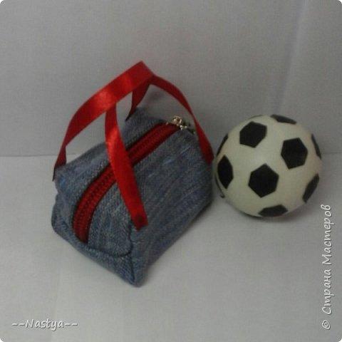 Всем доброго времени суток! Совсем недавно мама мне подарила такого футболиста! Для него я сделала спортивную форму и мяч. фото 3