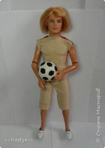 Всем доброго времени суток! Совсем недавно мама мне подарила такого футболиста! Для него я сделала спортивную форму и мяч. фото 1