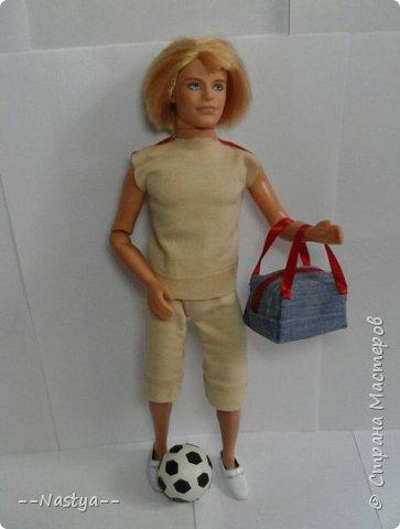 Всем доброго времени суток! Совсем недавно мама мне подарила такого футболиста! Для него я сделала спортивную форму и мяч. фото 2