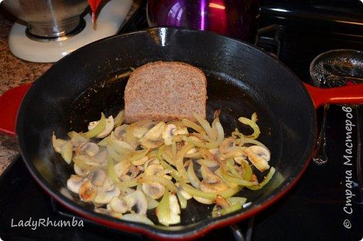 Привет, дорогие жители Страны!   Хочу поделиться рецептом простого, но сытного бутерброда моего изобретения. Я люблю перекусы, и быть веганом для меня не значит, постоянно жевать траву, как думают многие всеядные. Берем лук, шинкуем и обжариваем на сковороде в нерафинированом масле. Нарезаем грибы (какие есть под рукой), и добавляем их в лук, как только он станет приобретать золотистый оттенок.   фото 3