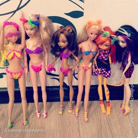 В один свободный вечер решила сплести из резиночек куколкам гардероб =) к лету готовы!!!  фото 1