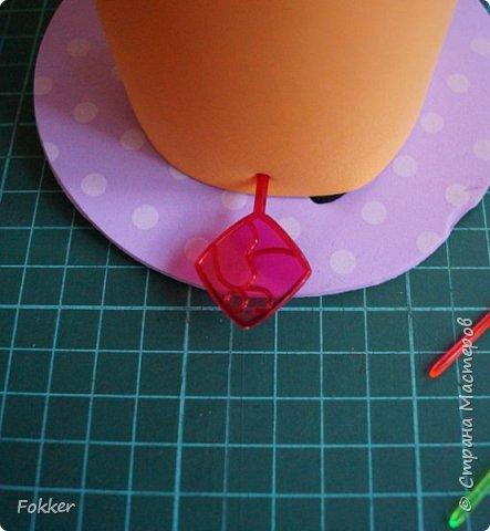Доброго времени! Мне было необходимо развлечь группу детей изготовлением какой-либо поделки. Клеи и иголки я использовать не хотел, поэтому продумал, чтобы можно было сделать все быстро, без клея, скотча, иголок. Придумал шляпку для карнавала или шляпу Шляпника из сказок про Алису. Постарался приготовить заготовки таким образом, чтобы ребенок самостоятельно, достаточно быстро мог смастерить себе шляпку самостоятельно. Каждый ребенок получил заготовки это два кружочка фоама с наклеенным пенопластом, прямоугольник фоама, шнурок резинку, шпажки, шиншилки, бусины. Стоимость материалов для одного изделия тоже учитывалась.  фото 8
