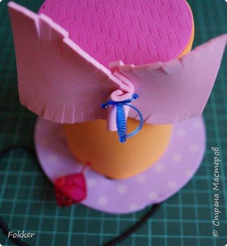 Доброго времени! Мне было необходимо развлечь группу детей изготовлением какой-либо поделки. Клеи и иголки я использовать не хотел, поэтому продумал, чтобы можно было сделать все быстро, без клея, скотча, иголок. Придумал шляпку для карнавала или шляпу Шляпника из сказок про Алису. Постарался приготовить заготовки таким образом, чтобы ребенок самостоятельно, достаточно быстро мог смастерить себе шляпку самостоятельно. Каждый ребенок получил заготовки это два кружочка фоама с наклеенным пенопластом, прямоугольник фоама, шнурок резинку, шпажки, шиншилки, бусины. Стоимость материалов для одного изделия тоже учитывалась.  фото 12