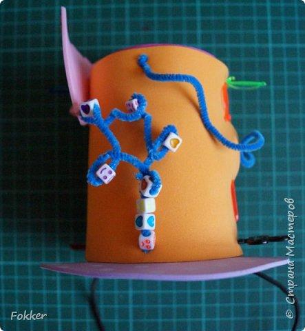Доброго времени! Мне было необходимо развлечь группу детей изготовлением какой-либо поделки. Клеи и иголки я использовать не хотел, поэтому продумал, чтобы можно было сделать все быстро, без клея, скотча, иголок. Придумал шляпку для карнавала или шляпу Шляпника из сказок про Алису. Постарался приготовить заготовки таким образом, чтобы ребенок самостоятельно, достаточно быстро мог смастерить себе шляпку самостоятельно. Каждый ребенок получил заготовки это два кружочка фоама с наклеенным пенопластом, прямоугольник фоама, шнурок резинку, шпажки, шиншилки, бусины. Стоимость материалов для одного изделия тоже учитывалась.  фото 15