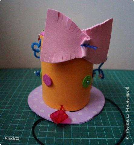 Доброго времени! Мне было необходимо развлечь группу детей изготовлением какой-либо поделки. Клеи и иголки я использовать не хотел, поэтому продумал, чтобы можно было сделать все быстро, без клея, скотча, иголок. Придумал шляпку для карнавала или шляпу Шляпника из сказок про Алису. Постарался приготовить заготовки таким образом, чтобы ребенок самостоятельно, достаточно быстро мог смастерить себе шляпку самостоятельно. Каждый ребенок получил заготовки это два кружочка фоама с наклеенным пенопластом, прямоугольник фоама, шнурок резинку, шпажки, шиншилки, бусины. Стоимость материалов для одного изделия тоже учитывалась.  фото 18