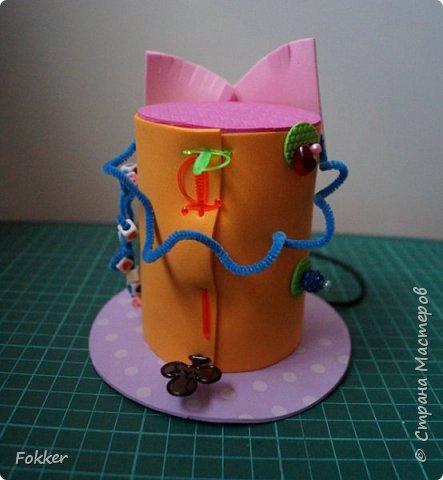 Доброго времени! Мне было необходимо развлечь группу детей изготовлением какой-либо поделки. Клеи и иголки я использовать не хотел, поэтому продумал, чтобы можно было сделать все быстро, без клея, скотча, иголок. Придумал шляпку для карнавала или шляпу Шляпника из сказок про Алису. Постарался приготовить заготовки таким образом, чтобы ребенок самостоятельно, достаточно быстро мог смастерить себе шляпку самостоятельно. Каждый ребенок получил заготовки это два кружочка фоама с наклеенным пенопластом, прямоугольник фоама, шнурок резинку, шпажки, шиншилки, бусины. Стоимость материалов для одного изделия тоже учитывалась.  фото 19