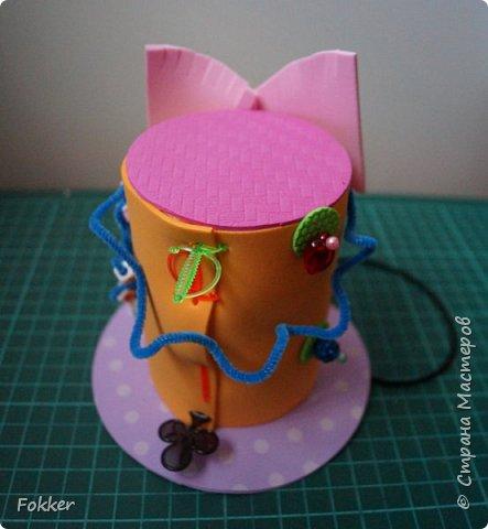 Доброго времени! Мне было необходимо развлечь группу детей изготовлением какой-либо поделки. Клеи и иголки я использовать не хотел, поэтому продумал, чтобы можно было сделать все быстро, без клея, скотча, иголок. Придумал шляпку для карнавала или шляпу Шляпника из сказок про Алису. Постарался приготовить заготовки таким образом, чтобы ребенок самостоятельно, достаточно быстро мог смастерить себе шляпку самостоятельно. Каждый ребенок получил заготовки это два кружочка фоама с наклеенным пенопластом, прямоугольник фоама, шнурок резинку, шпажки, шиншилки, бусины. Стоимость материалов для одного изделия тоже учитывалась.  фото 22