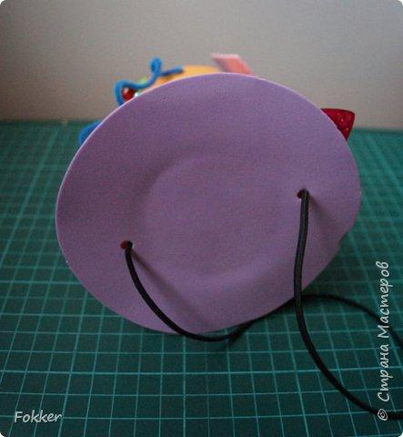 Доброго времени! Мне было необходимо развлечь группу детей изготовлением какой-либо поделки. Клеи и иголки я использовать не хотел, поэтому продумал, чтобы можно было сделать все быстро, без клея, скотча, иголок. Придумал шляпку для карнавала или шляпу Шляпника из сказок про Алису. Постарался приготовить заготовки таким образом, чтобы ребенок самостоятельно, достаточно быстро мог смастерить себе шляпку самостоятельно. Каждый ребенок получил заготовки это два кружочка фоама с наклеенным пенопластом, прямоугольник фоама, шнурок резинку, шпажки, шиншилки, бусины. Стоимость материалов для одного изделия тоже учитывалась.  фото 23