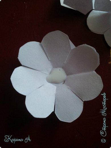 Здравствуйте! Сегодня я хочу показать Вам МК вот таких цветочков. В СМ я не видела такого МК, поэтому если найдете, скажите мне. Для этого нужна Бумага, клей и полубусина. фото 14