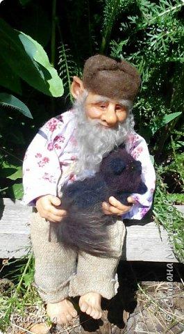 Здравствуйте,дорогие мастера! Сегодня хочу представить Вашему вниманию Кузьму Кузьмича. Изготовлен из запекаемой пластики Цернит и Фимо,тонировка маслом,тело текстиль на каркасе,борода и волосы из мохера. С Кузьмой представлен так же и его кот Тишка,он свалян из шерсти,хвостик из натурального меха. Вот такая дружная у нас компания! Приятного просмотра!  фото 1